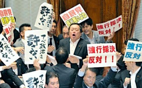 安保法案、強行採決に抗議2