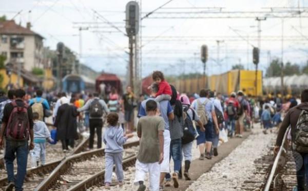 線路を歩く難民