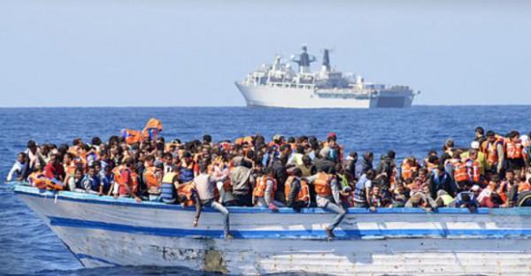 ボロ船を海を渡る難民