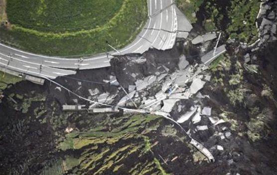 俵山トンネルの道崩落