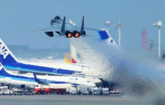 那覇空港からスクランブル発信する航空自衛隊機F15